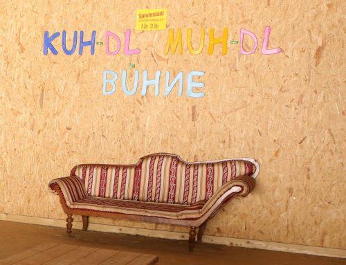 KUH-dl – MUH-dl Bühne im Indoor Spielestadl mit Heuhüpfen und Trampolinspringen